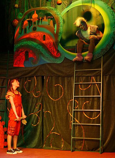 Сцена из спектакля по мотивам сказки Льюиса Кэрролла «Алиса в Стране чудес»